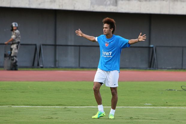 Neymar celebrating von Fotos Gov/Ba (Neymar) [CC-BY-2.0 (http://creativecommons.org/licenses/by/2.0)], via Wikimedia Commons
